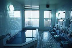 シャワーは6人、浴槽には4人は余裕です